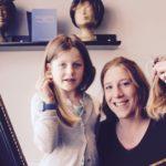 Zwei Kundinnen mit abgeschnittenen Haaren für Perücken am Haarspendetag