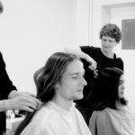 Ein Mann und eine Frau spenden ihre Haare für Perücken
