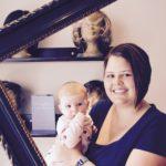 Haarspenderin mit Baby am Haarspendetag nach dem Haarschnitt