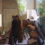 Blick auf Frauen in der Haarwerkstatt, die ihre Haare für Perücken spenden wollen