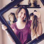 Junge Haarspenderin am Haarspendetag mit abgeschnittenen Haaren