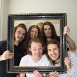 Fünf Personen, die ihre Haare am Haarspendetag gespendet haben (vor dem Haarschnitt).