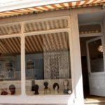 Schaufenster mit Sicht auf die Perückenwerkstatt