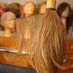 Zur Herstellung eines Haarteiles tressiertes gespendetes Haar