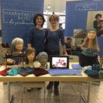 Andrea und Susanna zeigen und informieren über ihre Perücken und Kopfbedeckungen am Krebs-Infotag des Unispital Basels