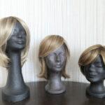 Beispiele für glatte Kunsthaarperücken in Blondtönen