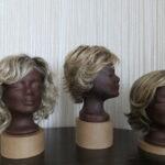 Beispiele für Kunsthaarperücken mit Bewegung in Blondtönen